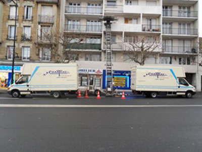 2 camions de déménagement et un monte-meubles d'AB Charteau