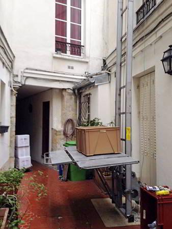 AB Charteau monte meubles meme pour les passages etroits