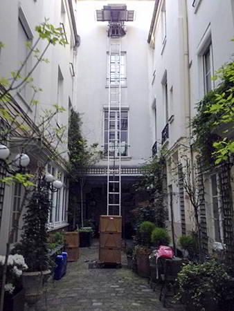 AB Charteau monte meubles pour acces cour interieure
